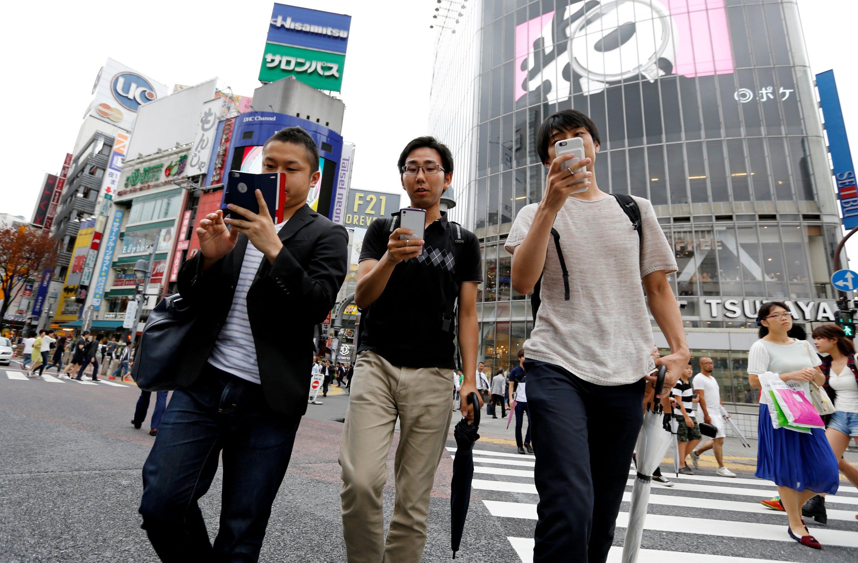 Giappone, vietato passeggiare con lo smartphone in mano: il divieto adottato dalla città di Yamato