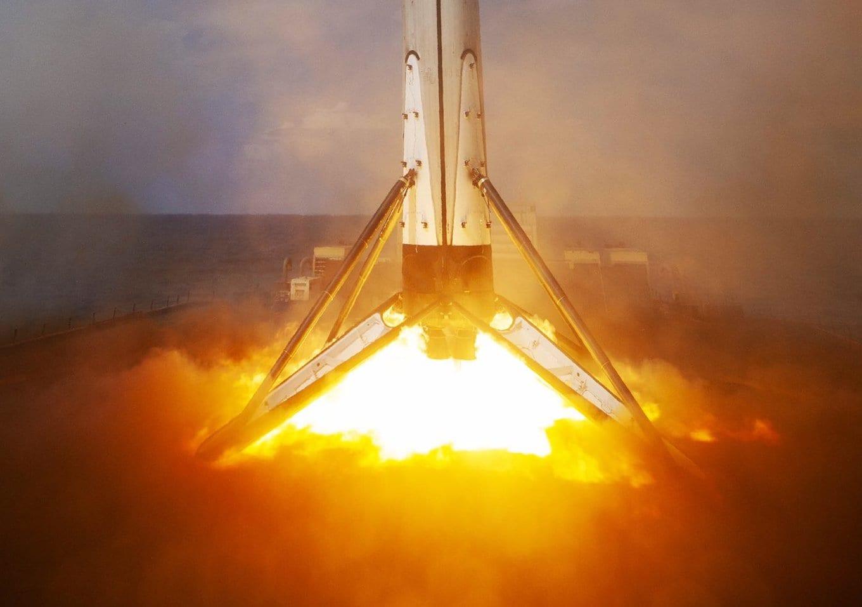 Falcon 9: le immagini spettacolari del suo atterraggio sulla nave drone JRTI