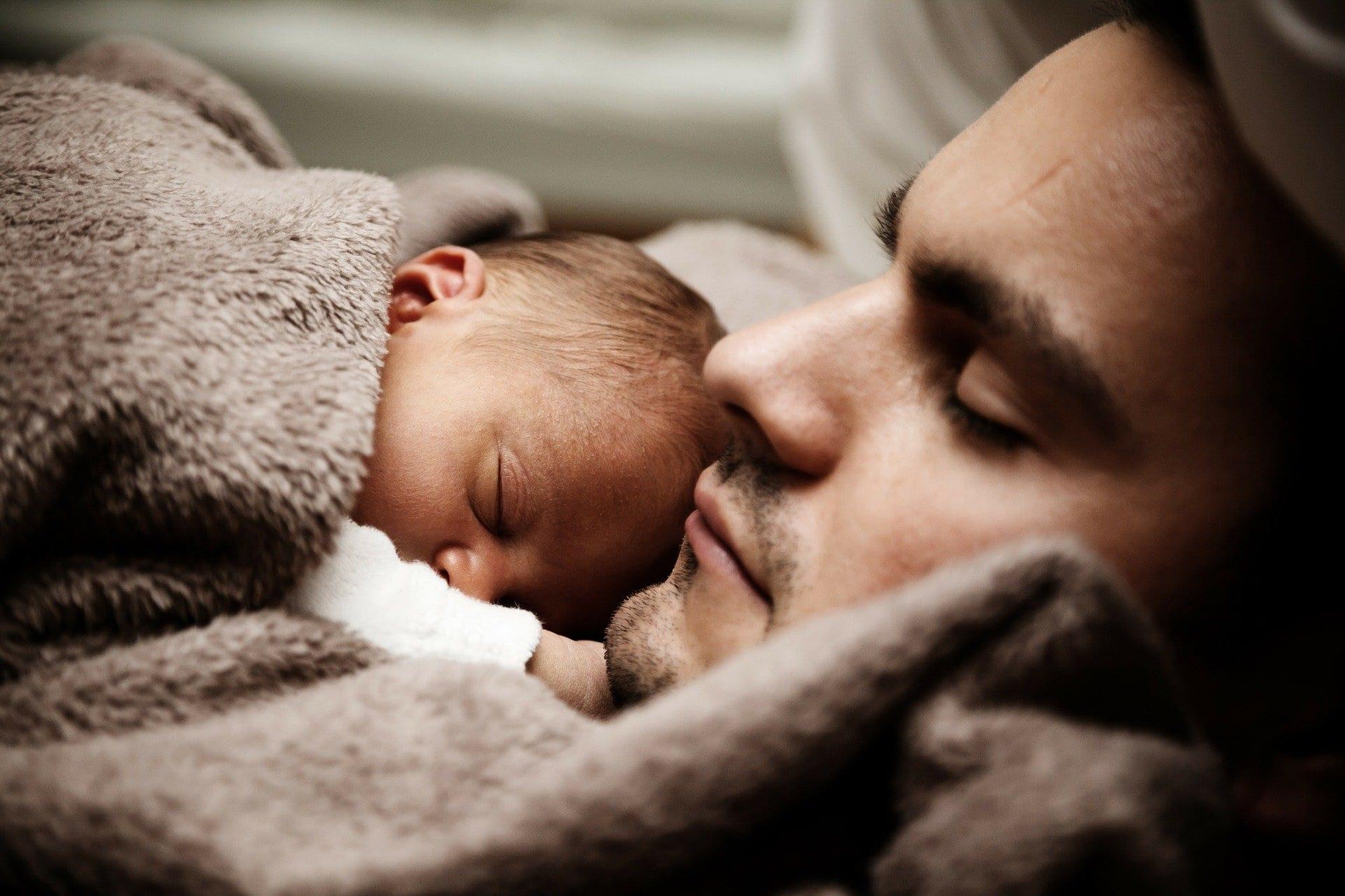 uomo e bambino dormono