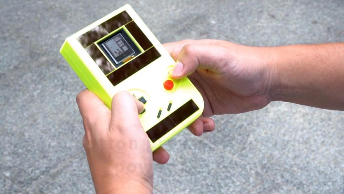 Nasce il Game Boy senza batterie (ma che si spegne ogni pochi secondi)