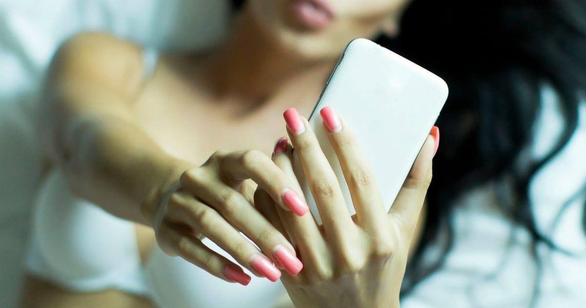 Sexting: oltre metà delle donne lo fa e 1 su 5 cerca partner con le app d'incontri