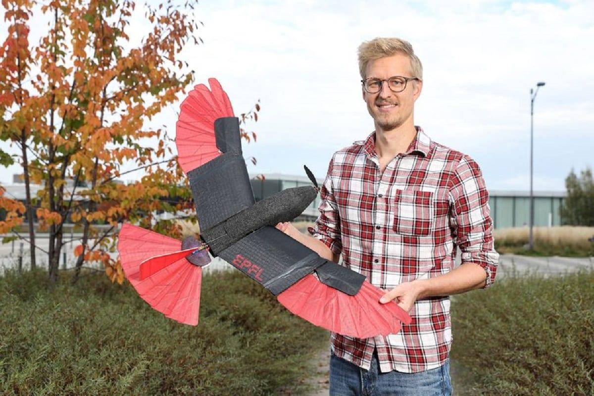 """Droni, dalla Svizzera arriva il falco che si """"trasforma"""" in volo"""