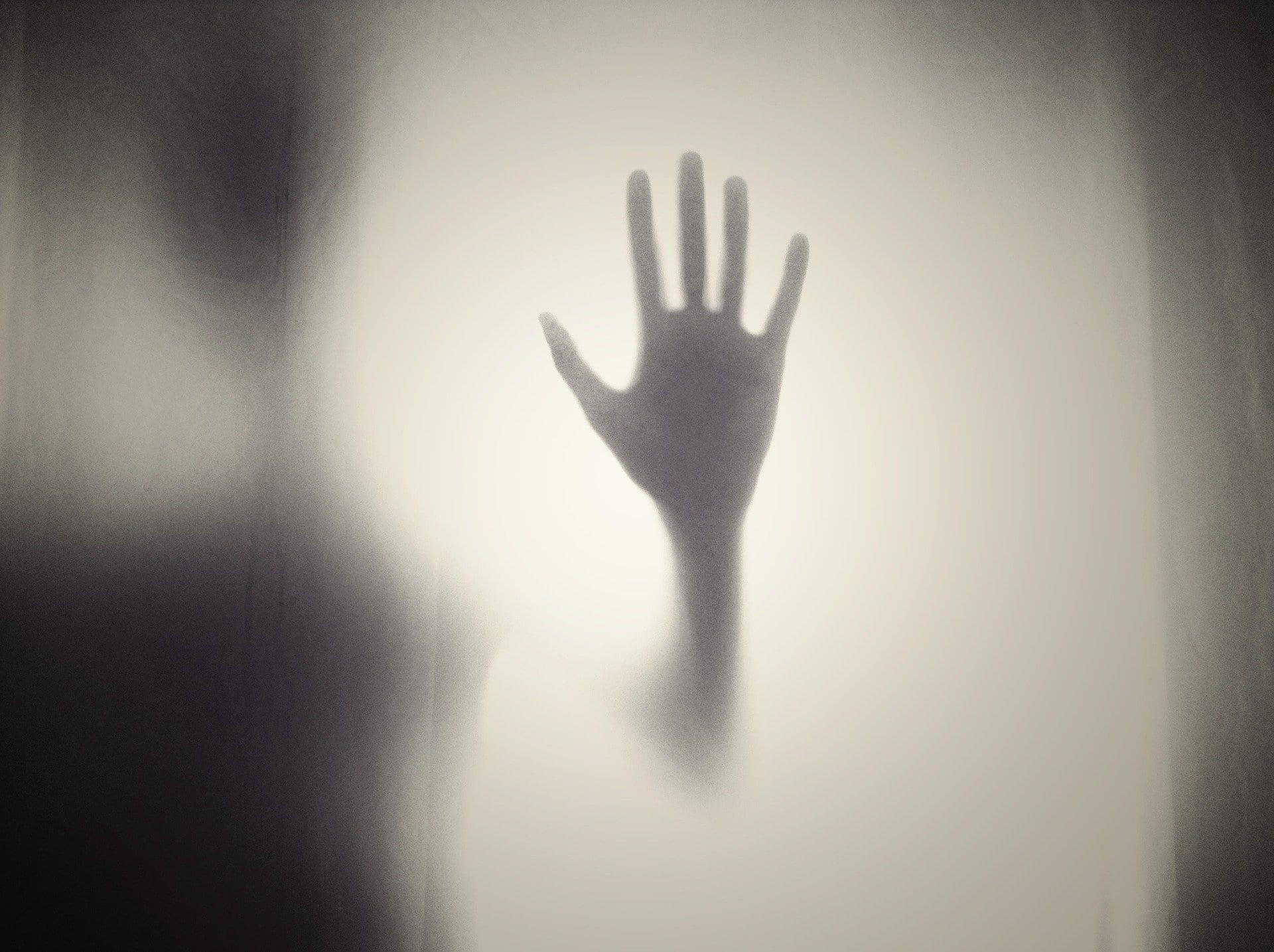 ombra mano inquietante