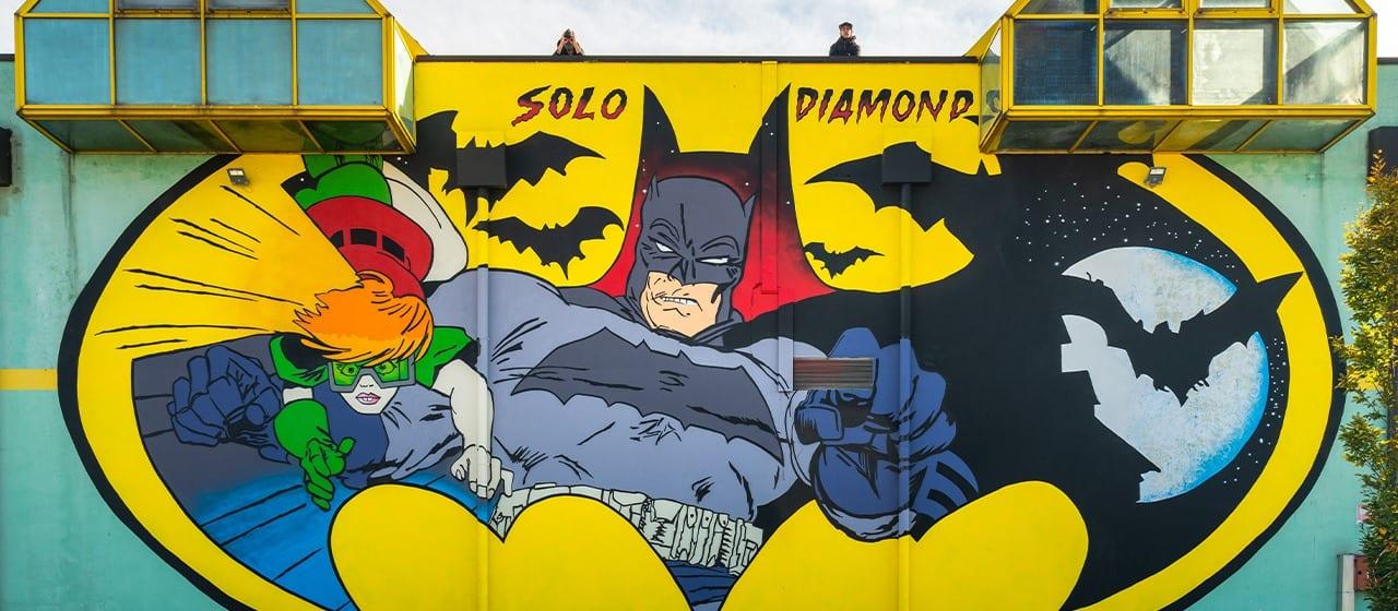 Batman, Panini Comics celebra l'eroe con un murale a Modena