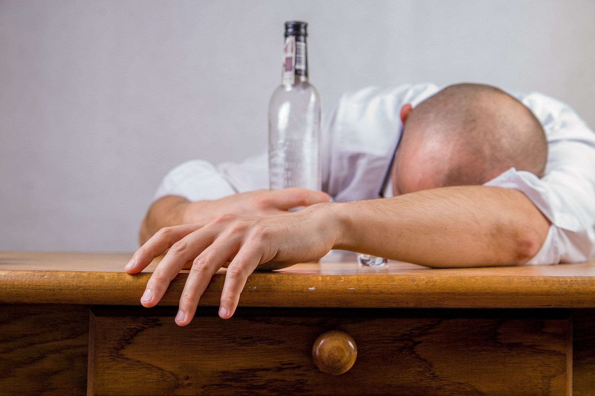 alcolismo bottiglia