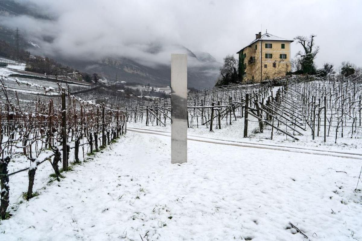 Un nuovo monolite appare tra le montagne del Trentino Alto Adige