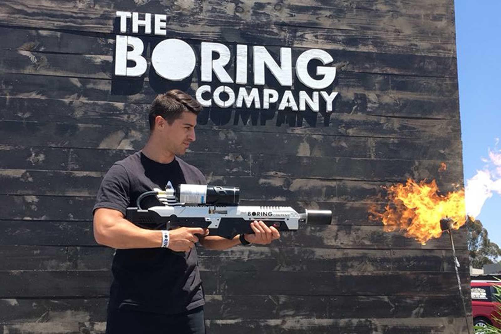 Il lanciafiamme di Elon Musk non è un'arma, ma non sempre la polizia la pensa così