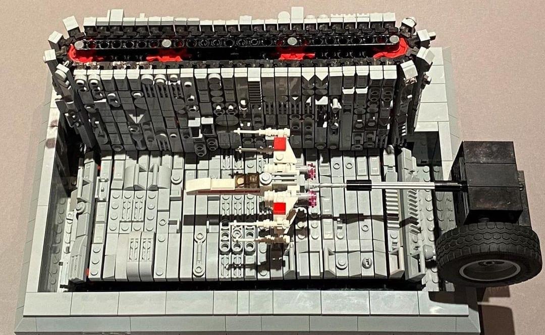 LEGO Death Star Trench Flight, la MOC Star Wars motorizzata con protagonista l'X-Wing