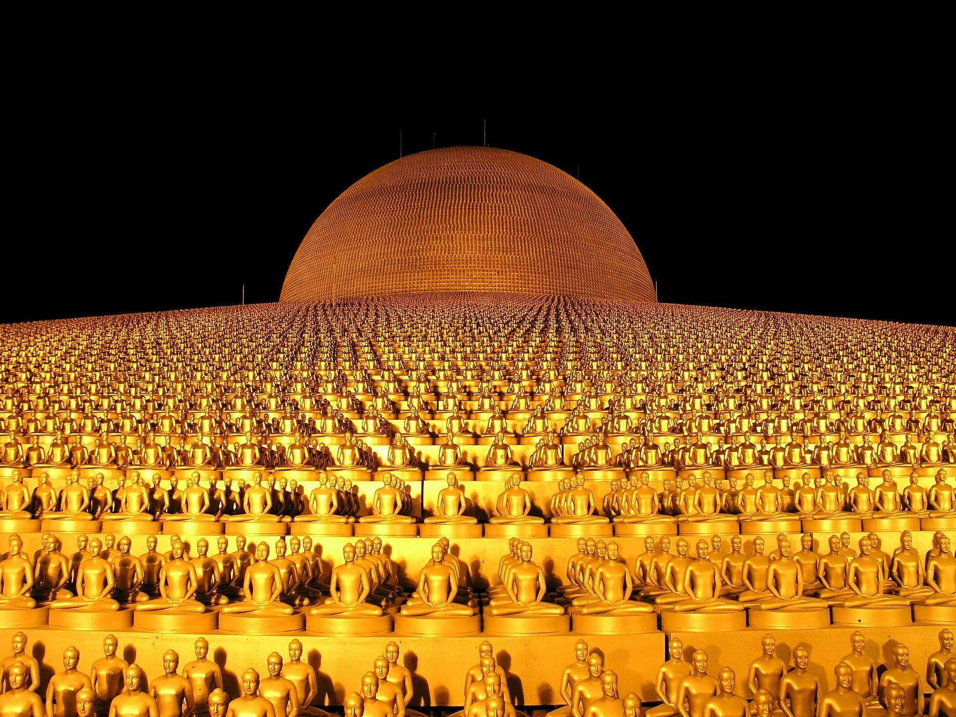 Tailandia: 200.000 fedeli celebrano una ricorrenza su un megaschermo