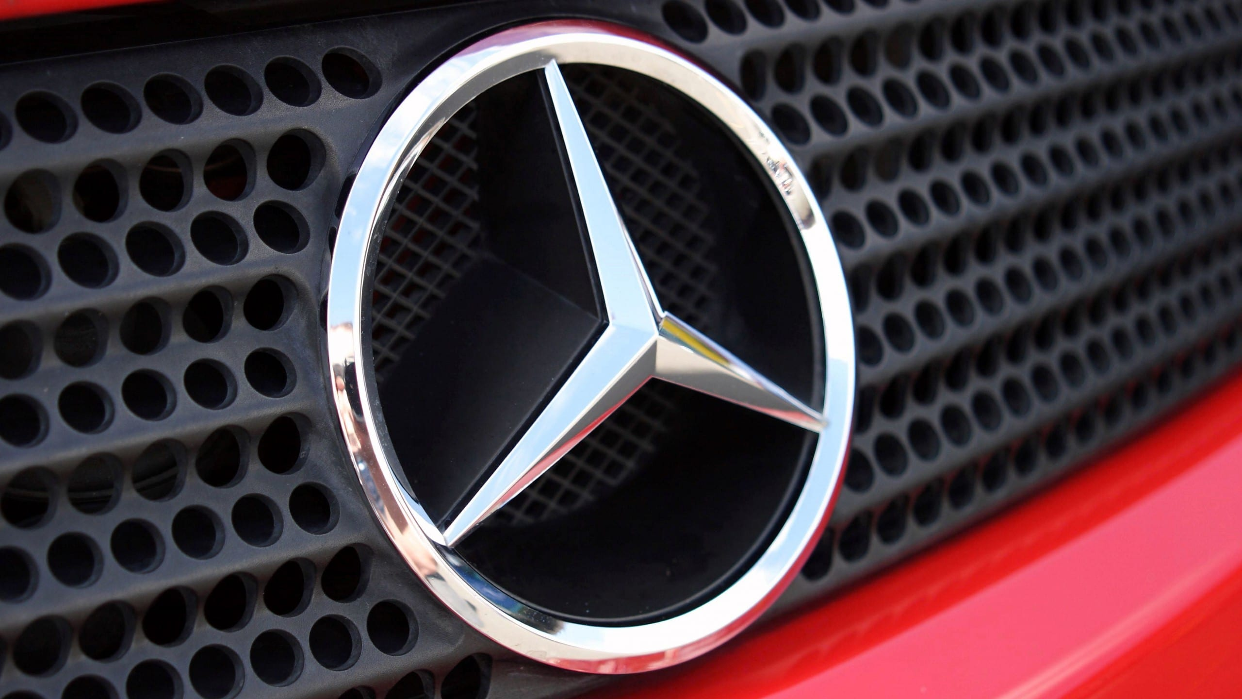 Mercedes richiama oltre 1 milione di auto: problemi con le chiamate di emergenza