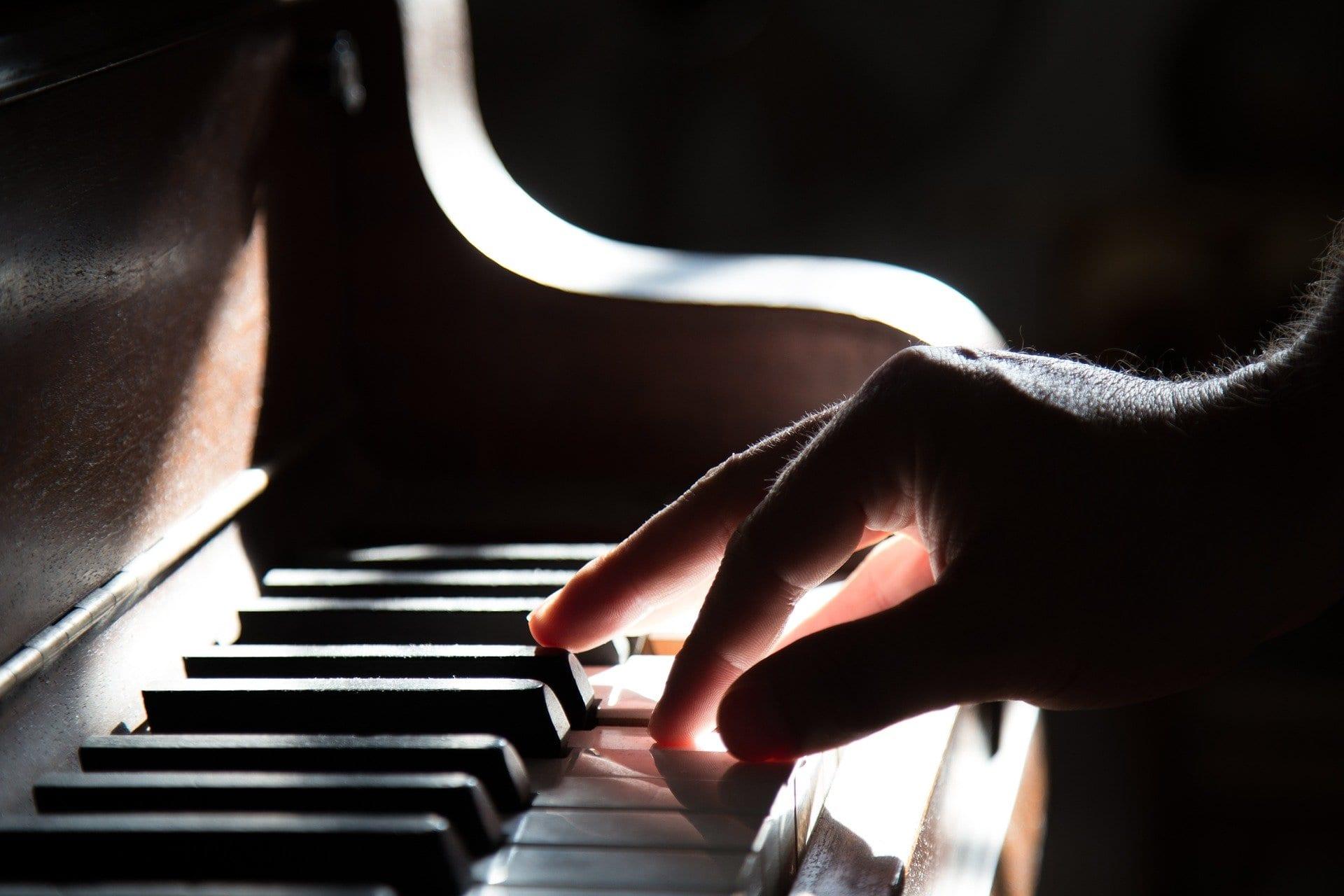 """Questa IA è in grado di comprendere la musica """"spiando"""" il pianista"""