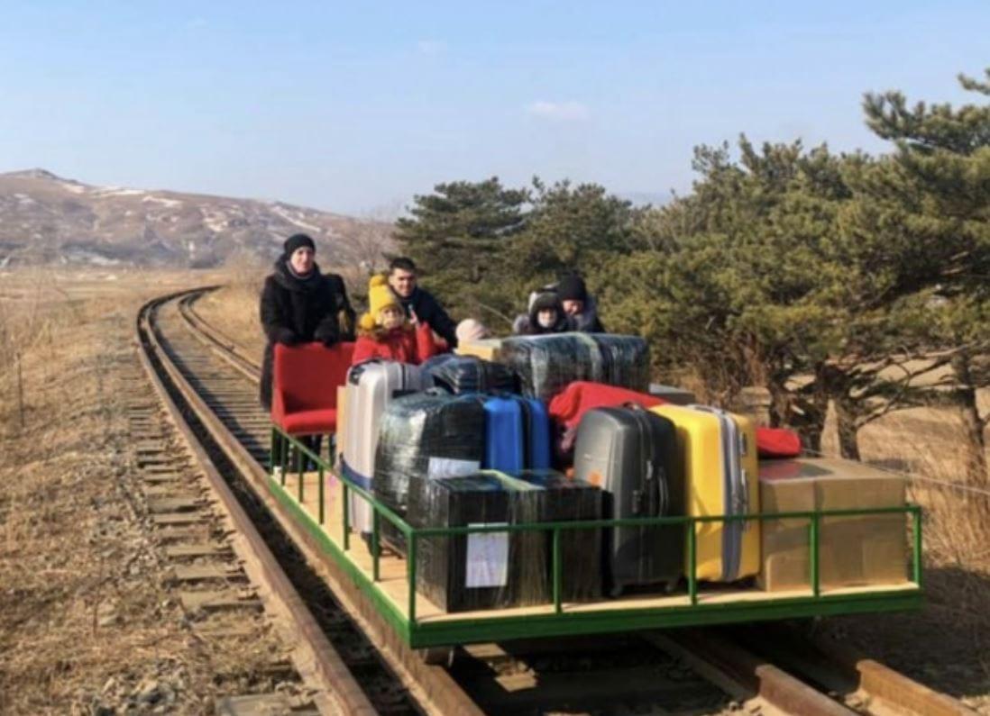 Corea del Nord: i diplomatici russi che sono tornati a casa usando un carrello ferroviario manuale
