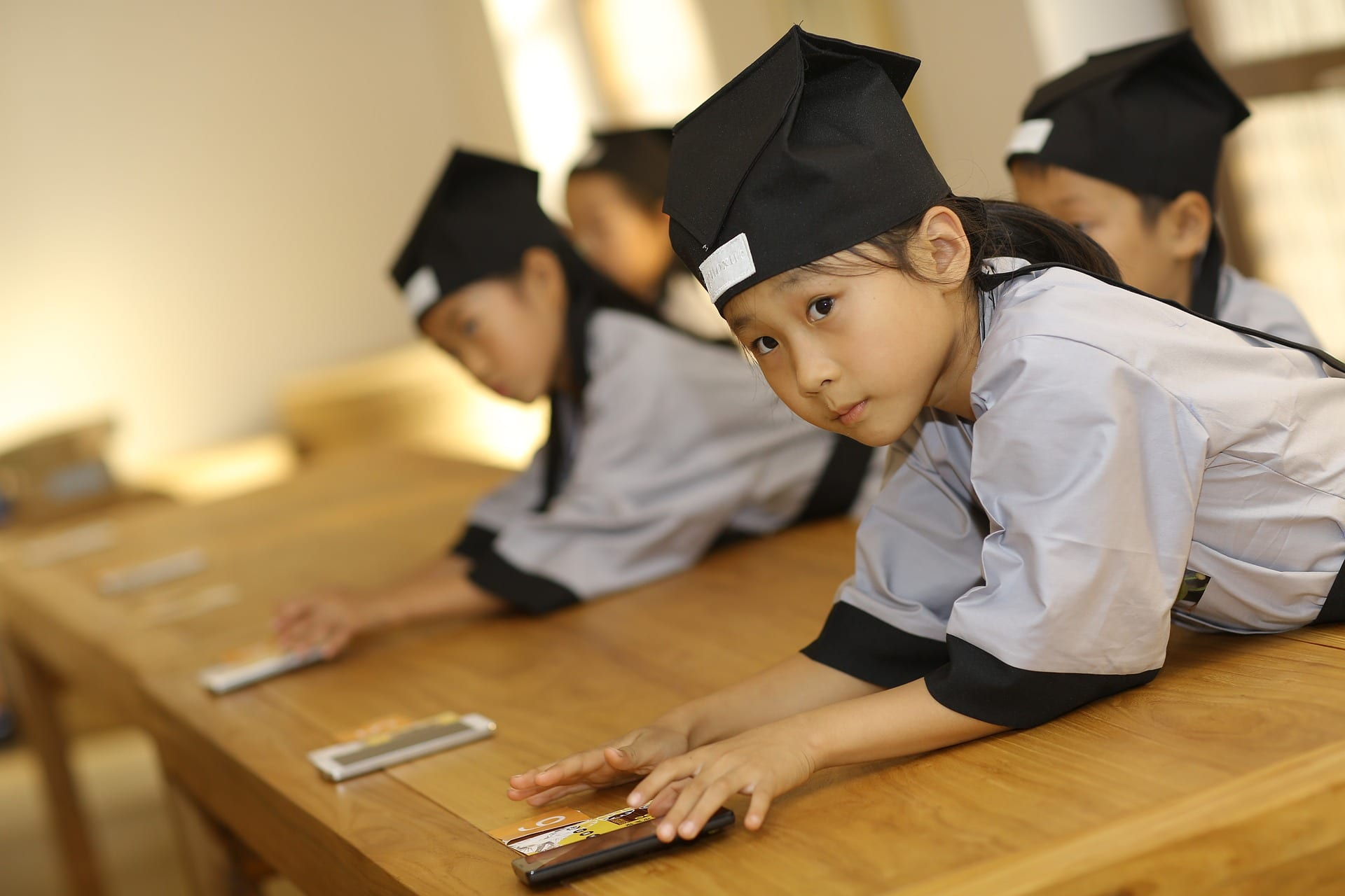 Cina, proibiti i telefonini a scuola per combattere la dipendenza da internet