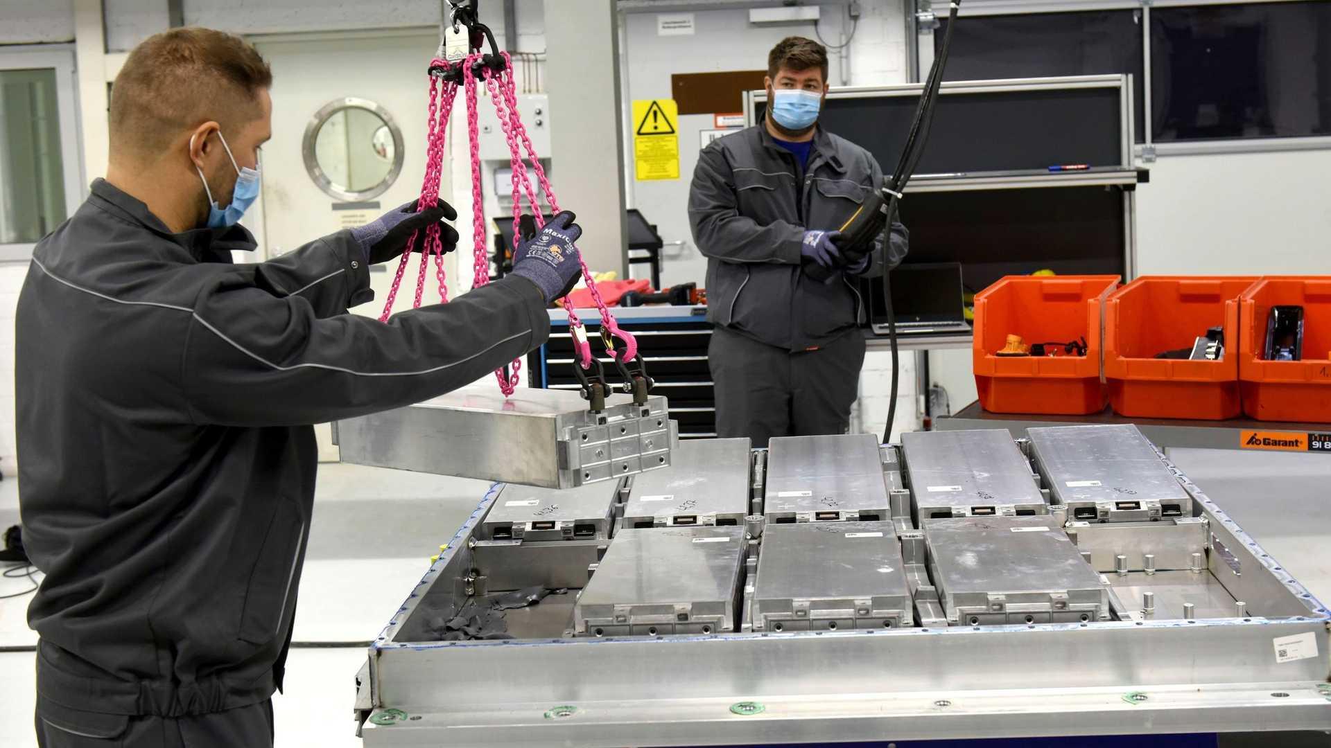 """Volkswagen, nasce il primo impianto per il riciclo delle batterie: """"recupereremo fino al 90% delle materie"""""""