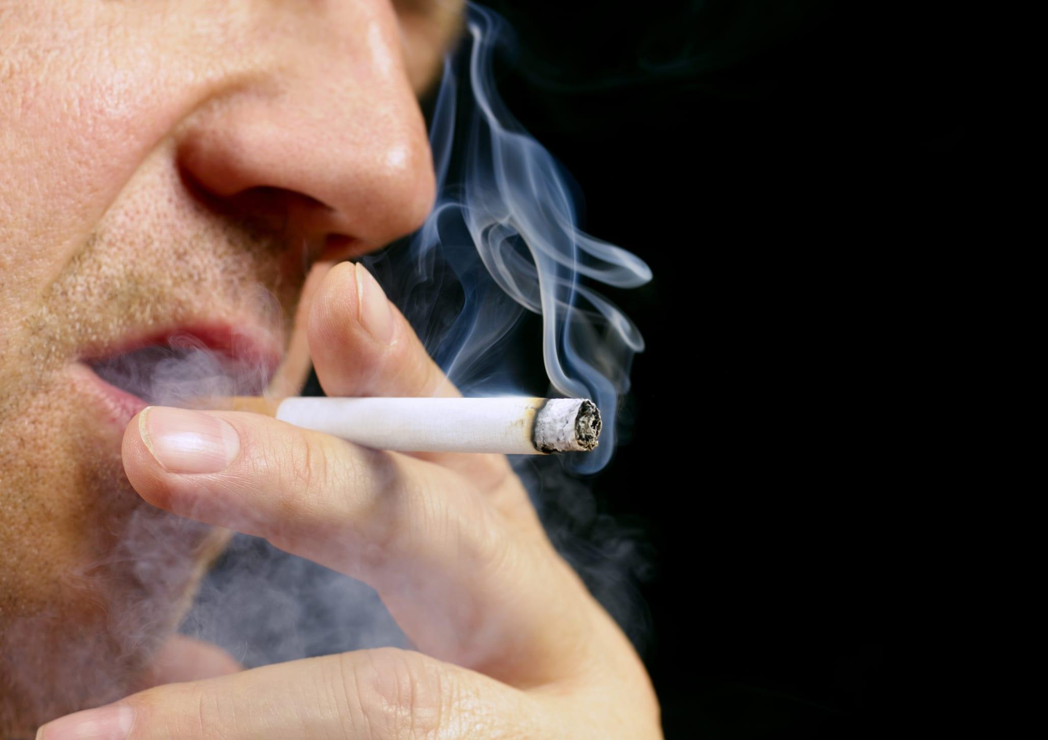Vaccini Covid-19, in Carolina del Nord i fumatori hanno la stessa precedenza dei malati
