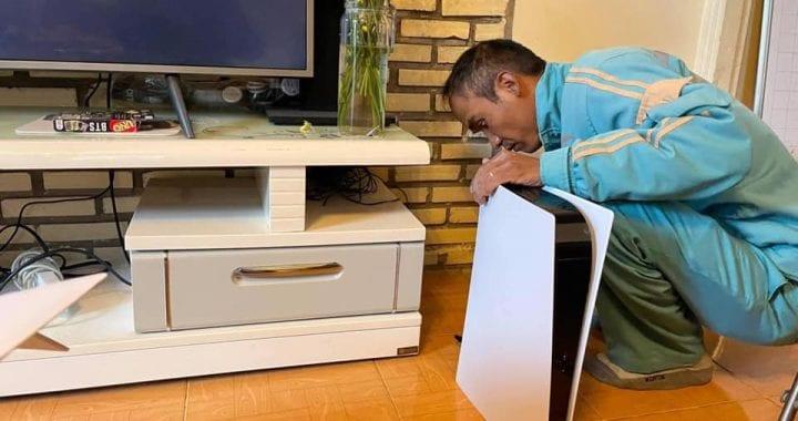 PS5, uomo inganna la moglie spacciando la console per un router