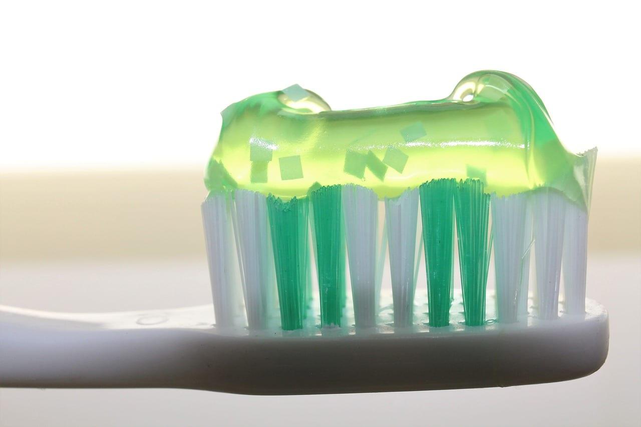 spazzolino e dentifricio