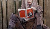 """Grimes trolla i giornalisti leggendo Il Manifesto di Karl Marx: """"non ne posso più dei reporter, ma mi sto divertendo"""""""
