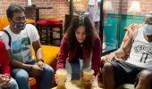 Friends: Courteney Cox serve i clienti del vero Central Perk (video)